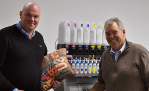 Jacco van 't Riet van Mimaki-distributeur TTS (links) en Johan Schaafsma, productiemanager bij DVC